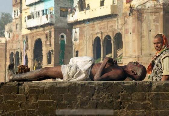Jednocześnie w Varanasi obok ghatów znajdują się miejsca palenia zwłok zmarłych hindusów.