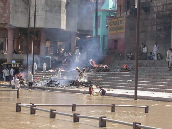 Jednocześnie w Varanasi obok ghatów znajdują się miejsca palenia zwłok zmarłych hindusów