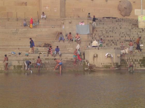 Ghaty (schody do rzeki) ciągnące się wzdłuż brzegów Gangesu.