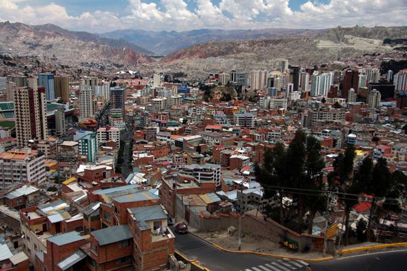 La Paz. Widok z El Alto na miasto niskie zamieszkałe przez bogatsze warstwy społeczne, prawdopodobnie potomków Kreoli, tj. europejskiej części społeczeństwa.