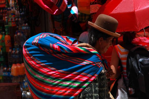 Stylowe czarne meloniki przypominają czasy plemienia Aymara