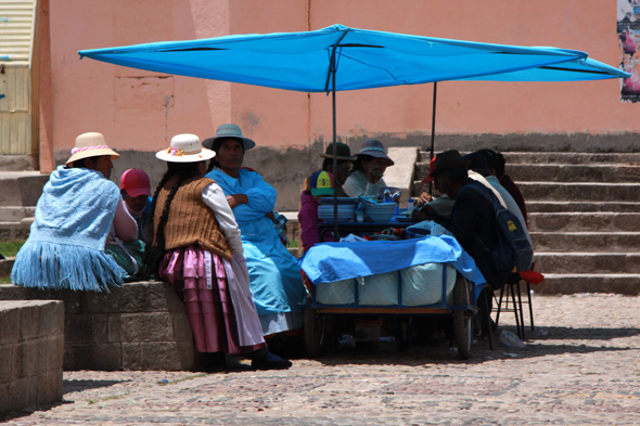 """Krótki odpoczynek i """"babskie pogaduszki"""" przy straganie nad jeziorem Titicaca"""